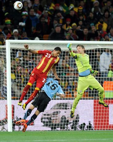 Uruguay-Ghana 5-3: il portiere Muslera para un attacco ghanese (Epa)