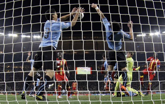 Uruguay-Ghana 5-3: Suarez ferma una palla con la mano alla fine del secondo tempo supplementare (Ap)