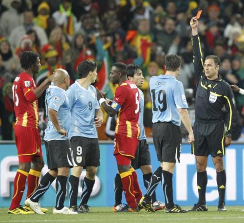 Uruguay-Ghana 5-3: cartellino rosso per Suarez dopo il fallo di mano (Reuters)