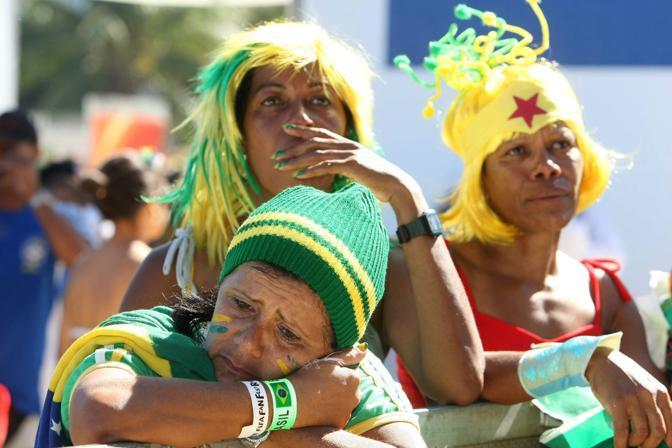 Mondiale 2010 -Dopo la paritta Brasile-Olanda restano le lacrime dei tifosi brasiliani  (Epa)