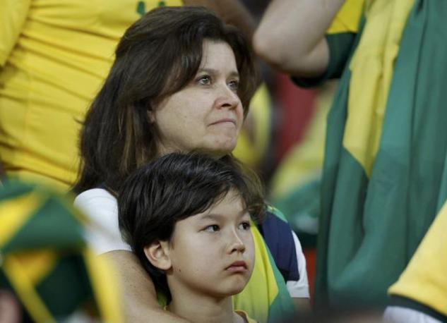 Mondiale 2010 -Dopo la partita Brasile-Olanda restano le lacrime dei tifosi brasiliani  (Reuters)