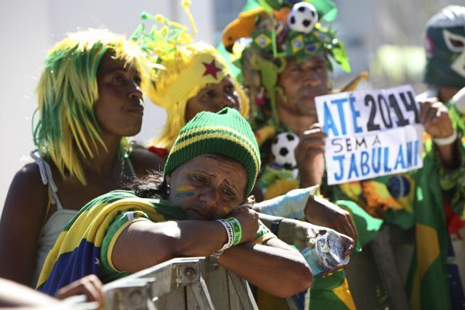 Mondiale 2010 -Dopo la partita Brasile-Olanda restano le lacrime dei tifosi brasiliani  (Ap)
