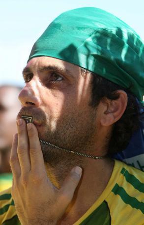 Mondiale 2010 -Dopo la partita Brasile-Olanda restano le lacrime dei tifosi brasiliani  (Epa)