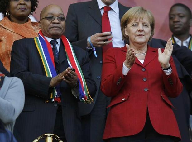 La cancelliera tedesca Angela Merkel ha seguito Germania-Olanda in tribuna al fianco del presidente sudafricano Zuma. Nel corso del match si è lasciata andare in manifestazioni di entusiasmo, così come fece nel 1982 il presidente della Repubblica italiana, Sandro Pertini, allo stadio Bernabeu di Madrid nel Mondiale che poi venne vinto dagli Azzurri, proprio dopo una finale con la Germania (Reuters)