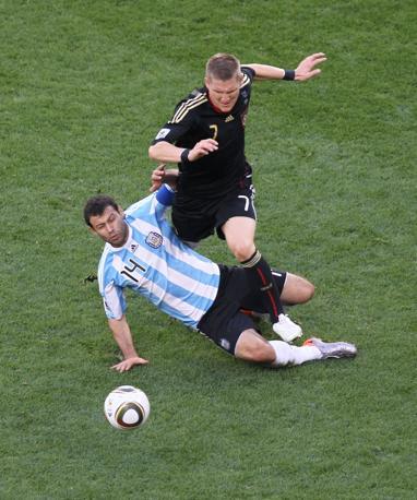 Contrasto tra Schweinsteiger e Mascherano (LaPresse)