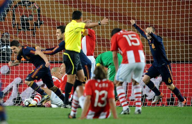 La gioia degli spagnoli dopo il gol (Liverani)