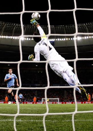 Il portiere della «celeste» sfiora la palla ma non riesce a evitare il gol (Reuters)