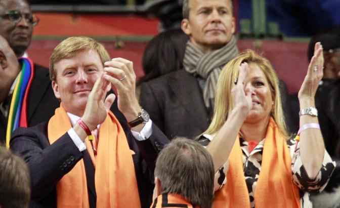 Il principe ereditario Willem Alexander  con la principessa Maxima Zorreguieta festeggia il gol olandese in tribuna (Epa)