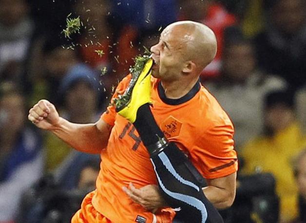 Il momento dell'impatto tra lo scarpino di Martin Caceres e il viso di Demy de Zeeuw (Reuters)