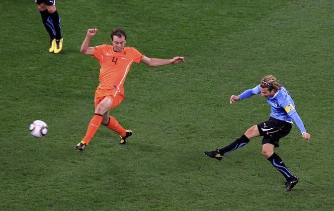 Diego Forlan pareggia per l'Uruguay (Reuters)