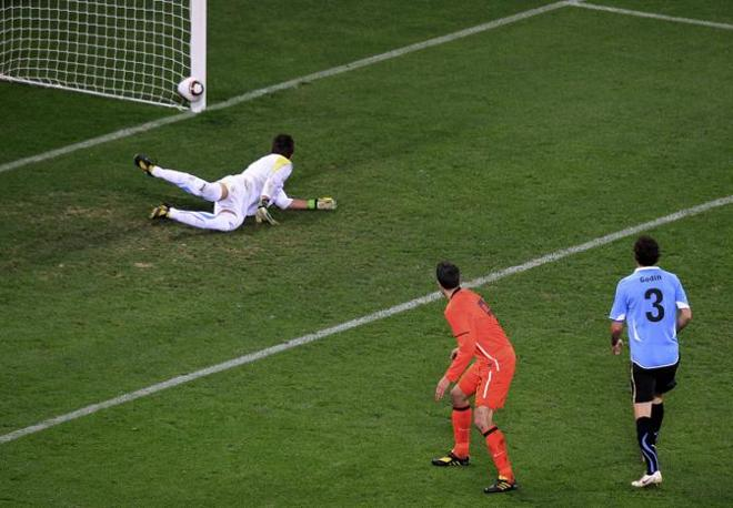 Sul tiro di Sneijder  c'è un olandese in fuorigioco che copre la visuale di Muslera (Reuters)