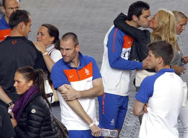 Klaas-Jan Huntelaar e Andre Ooijer in primo piano, dietro Sander Boschker baciala sua compagna  (Reuters)