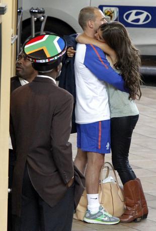 Sneijder  con la sua fidanzata (Reuters)