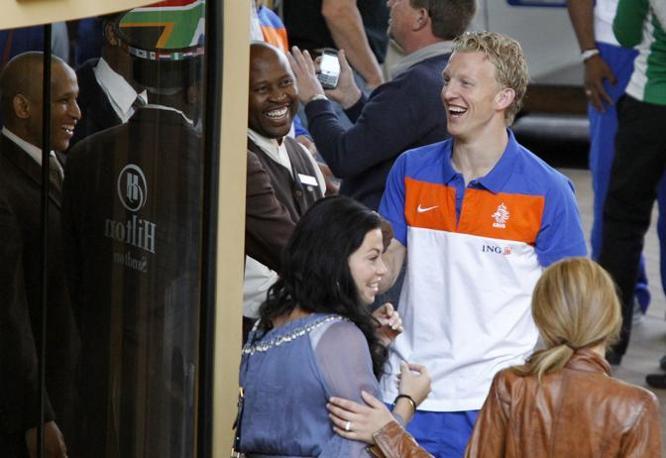Dirk Kuyt  e di fronte, con la camicia azzurra, la moglie Gertrude (Reuters)