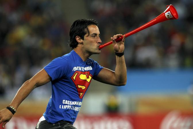 C'è in qualche modo anche un po' d'Italia alla semifinale mondiale Germania-Spagna: durante i primi minuti di gara, infatti, un giovane è entrato in campo indossando una maglietta con la «s» di Superman e una frase pro-Cassano. In mano una vuvuzela. Pronti gli uomini della sicurezza, che lo hanno raggiunto e bloccato. Il protagonista dell'invasione sarebbe Mario Ferri, il giovane di Montesilvano che già nel novembre del 2009 interruppe l'amichevole Italia-Olanda a Pescara (Reuters)