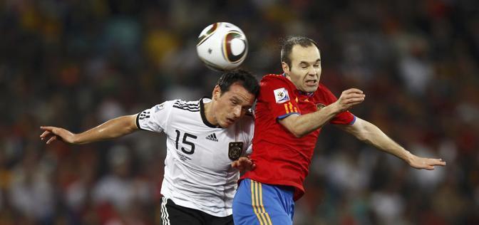 Un contrasto tra Piotr Trochowski e Andres Iniesta (Reuters)
