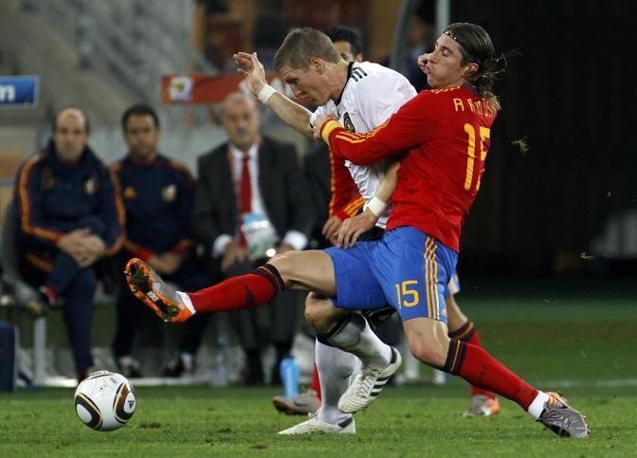 Sergio Ramos marca il tedesco Bastian Schweinsteiger (Reuters)