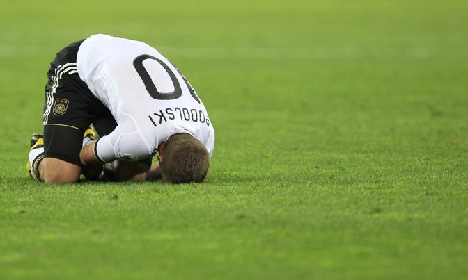 Lukas Podolski a terra dopo un intervento falloso di Sergio Ramos  (Reuters)