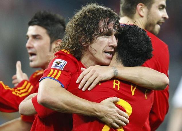 Carles Puyol festeggia il gol abbracciando Xavi (Reuters)