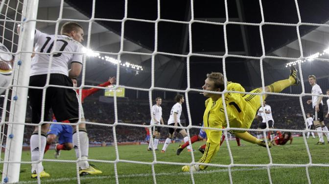 Il gol di Puyol visto da dietro la porta tedesca (Ap/Breloer)