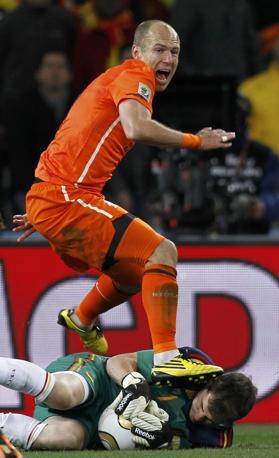 Casillas, uno dei migliori tra gli spagnoli, anticipa Robben (Marcos Brindicci / Reuters)