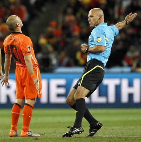 L'arbitro Howard Webb e  Wesley Sneijder (Kerim Okten / Epa)