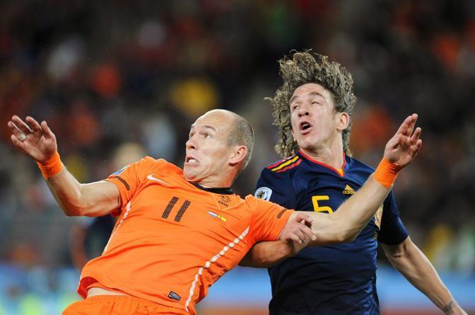 Qui Robben se la vede invece con  Carles Puyol (Marcus Brandt / Epa)