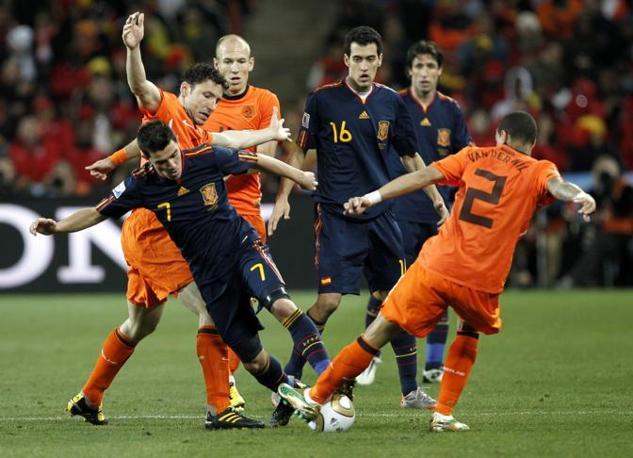 David Villa cerca di infilarsi nell'area olandese ma è contrastato da Van Bommel, Robben e Van Der Wiel (Kerim Okten /Epa)