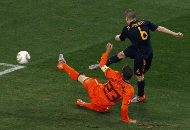 Iniesta segna il gol decisivo a un paio di minuti dallo scadere dei supplementari (David Gray / Reuters)