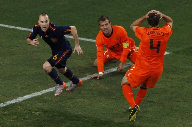 L'esultanza di Iniesta, decisivo per la Spagna assieme al portiere Casillas (David Gray / Reuters)