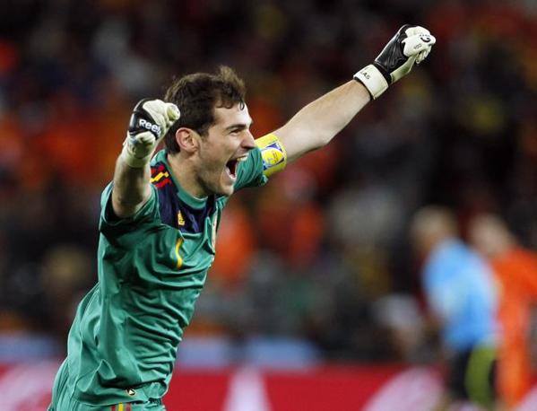 Casillas si lascia andare all'entusiasmo dopo il gol di Iniesta. Subito dopo sul suo volto scenderanno lacrime di gioia (Bernat Armangue / Ap)