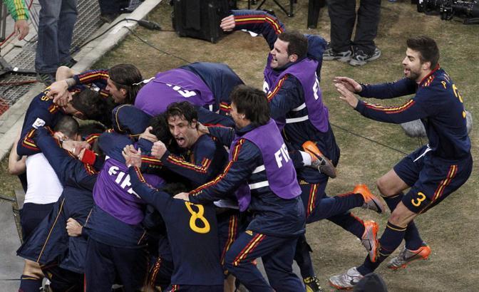 L'entusiasmo degli spagnoli dopo il gol di Iniesta, travolto dai compagni (Oleg Popov / Reuters)