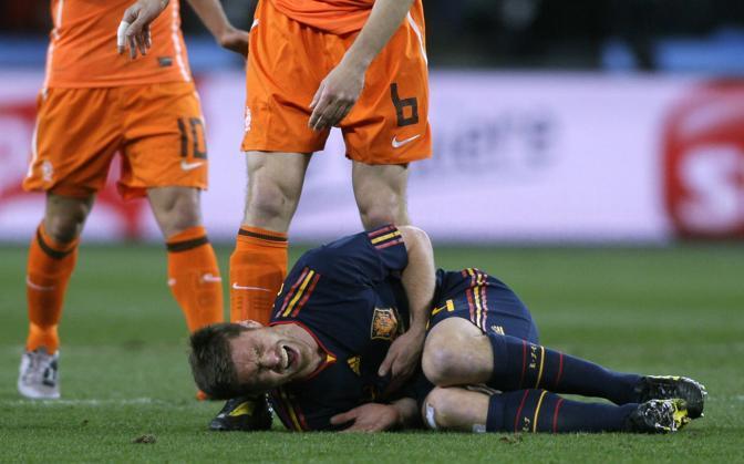 La sofferenza di  Xabi Alonso, a terra dopo l'intervento di De Jong  (Ivan Sekretarev/Ap)