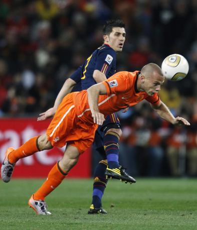 John Heitingacolpisce la palla di testa mentre  David Villa cerca di fermarlo (Luca Bruno /Ap)