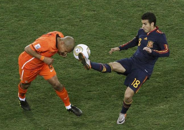 Testa contro piede, è lotta per la palla  fra De Jong e Pedro (Oleg Popov / Reuters)