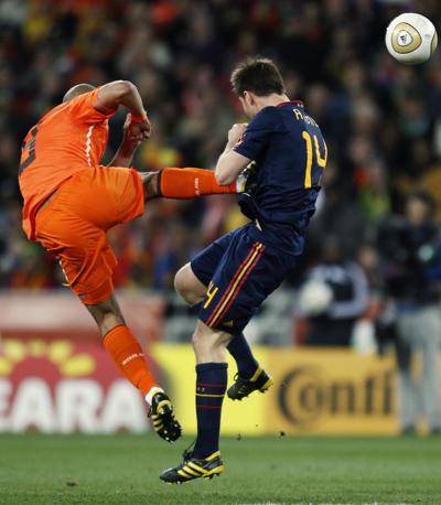 Il brutto fallo di Nigel de Jong ai danni di Xabi Alonso durante il primo tempo di Olanda-Spagna. L'arbitro, tuttavia,  ha ritenuto di non dovere espellere il giocatore  (Luca Bruno/Ap)
