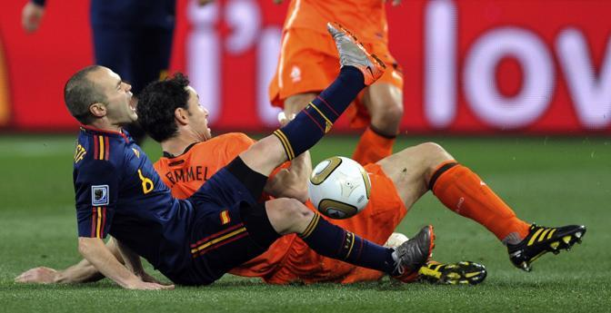 Un contrasto a terra tra  Andres Iniesta e Mark Van Bommel (Daniel Ochoa de Olza/Ap)