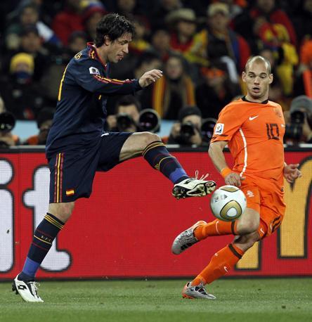 Lo spagnolo Joan Capdevila se la vede con Wesley Sneijder (Kerim Okten / Epa)