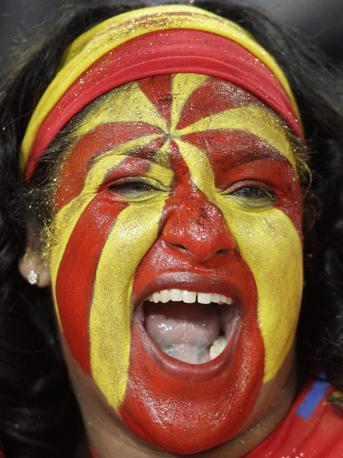 Grande e incontenibile gioia per i tifosi spagnoli, dentro e fuori lo stadio e nelle piazze spagnole dove sono state allestiti i maxi schermi. Forte delusione per gli Olandesi, che ancora una volta perdono in finale (Ap)