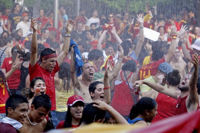 I tifosi all'esterno dello stadio si rinfrescano sotto i getti d'acqua (Ansa)