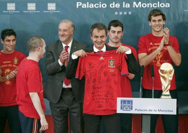 Poi la squadra campione del mondo è stata ricevuta anche dal primo ministro Zapatero (Epa/Emilio Naranjo)