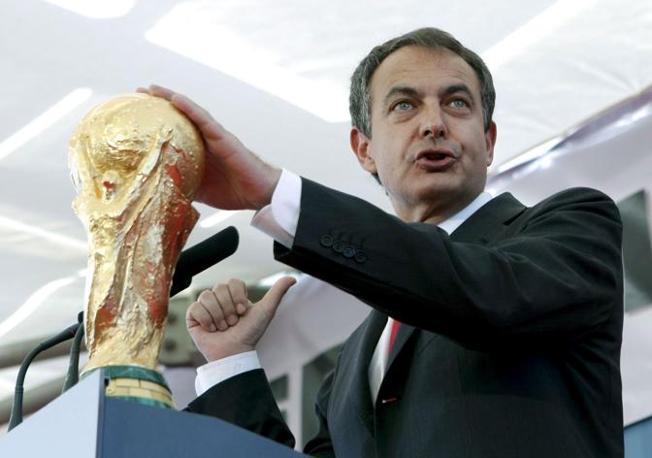 Zapatero con la coppa (Epa/Angel Diaz)