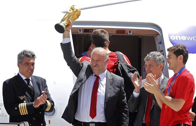 L'allenatore Vicente del Bosque esce dall'aereo con la coppa del mondo (Ap/Victor R. Caivano)