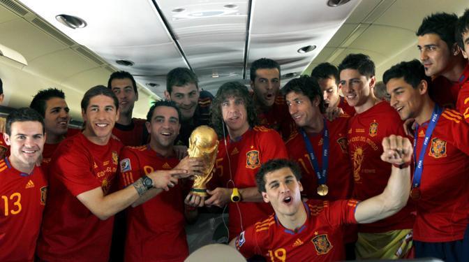 La squadra festeggia sull'aereo del ritorno in patria (Epa/Juan Carlos Cardenas)