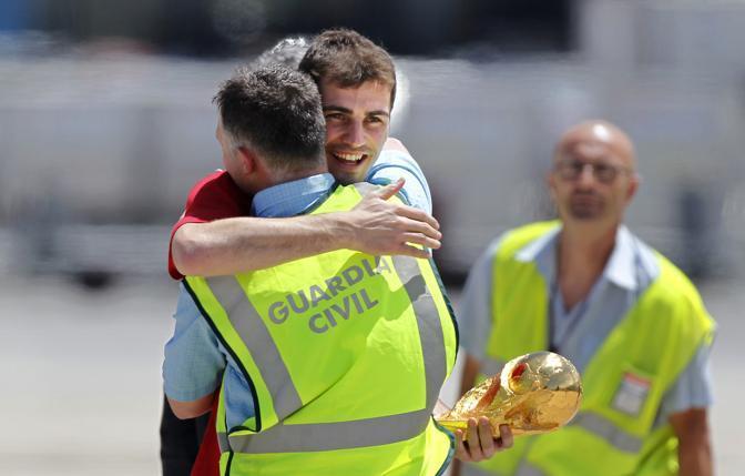 Casillas abbracciato da una guardia all'aeroporto  (Ap/Armando Franca)