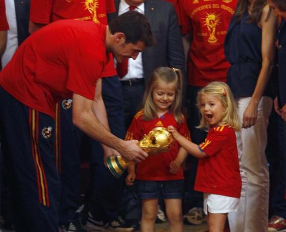 Le principessine Sofia (a destra) e Leonor giocano con la coppa (Reuters/Andrea Comas)