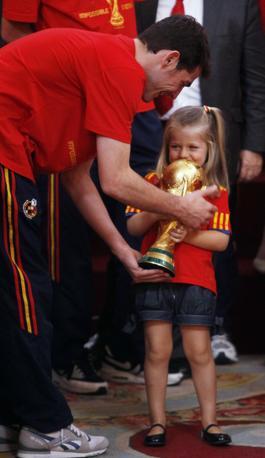 La principessa Leonor con la coppa e il capitano Iker Casillas (Reuters/Andrea Comas)
