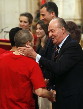 Il re saluta il matchwinner Iniesta (Reuters/Andrea Comas)