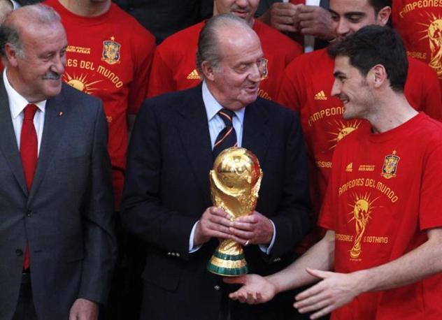Re Juan Carlos tra l'allenatore Del Bosque e il capitano Casillas (Ap/Paul White)