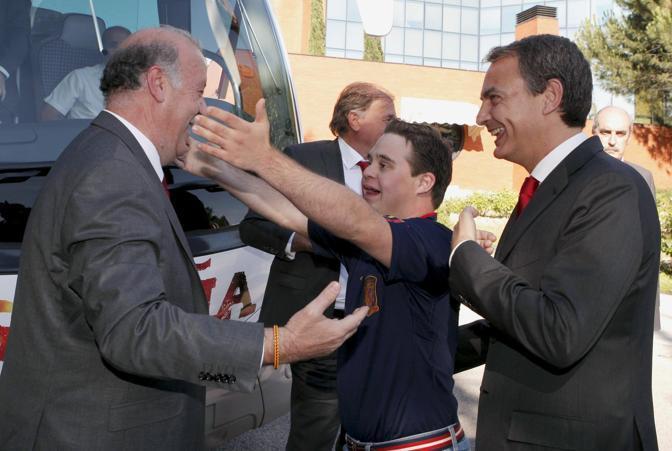 Del Bosque abbraccia suo figlio Alvaro sotto gli occhi di Zapatero (Reuters/Angel Diaz)